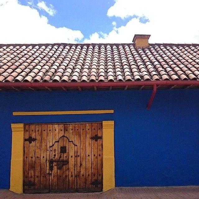 Невозможно шататься по Канделярии, увидеть красивую дверку и не запилить фоточку)  (в La Candelaria In Bogota, Colombia)