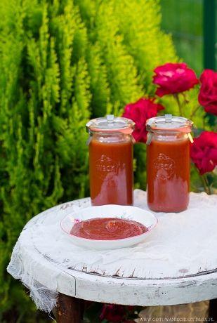 Ten ketchup to największe zaskoczenie tegorocznych przetworów. Wygląda i smakuje bardzo podobnie do dobrej jakości ketchupu kupnego, a cukinia (przynajmniej