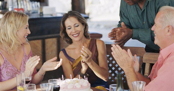 Como se vestir para uma festa de aniversário. Escolher a roupa certa para o aniversário de um amigo ou familiar não é tão difícil quanto parece. Olhe no convite e veja se há um código de vestimenta. Se não houver, ligue para o anfitrião e pergunte quão casual ou formal será a reunião. Escolha seu traje levando em conta o tema da festa, seja um luau havaiano ou um coquetel formal.