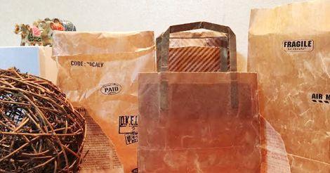 お昼の情報番組「ヒルナンデス」でも紹介され、いま話題の100均でできるDIYの「ロウ引き」って知っていますか?ロウ引きとは紙袋などに削ったロウソクを溶かしてコーティングすることです。このロウ引きをすることでアンティーク調のオシャレな紙袋になり、プレゼント用のギフトラッピングは勿論、丈夫で防水に強く、野菜袋や植木鉢カバーとしても使えます!今回は100均の紙袋を簡単にロウ引きできるDIYを紹介します。