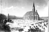 Piaţa Unirii, latura sudică.Vedere spre Bulevardul Eroilor. În centrul imaginii,Biserica Romano-Catolică Sfântul Mihail. îN stânga imaginii, Obeliscul Karolina, cel mai vechi monument laic al Clujului. A fost ridicat în 1831, în onoarea împăratului Francisc I şi a împărătesei Carolina Augusta care vizitaseră Clujul în vara anului 1817.   http://www.europeana.eu/portal/record/09401c/7C5914622E92E8EE7B8B60DD3736F5C43F505C30.html