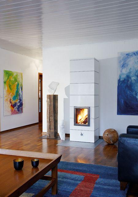 Kachelofen SOLAN 7, in Glasur Weiß glänzend mit Edelstahl-Feuertür und Edelstahl-Zierleisten