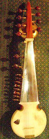 """El sarod probablemente no tiene más de 150 ó 200 años. Se cree que sus raíces estan en Persia, ya que significa """"bello sonido"""" en idioma persa. Otras escuelas sarodistas tb consideran la fuente ancestral del sarod el rubab, un instrumento similar que tiene sus orígenes en Asia Central y Afganistán. El rebab fue modificado por Amir Khusru en el siglo XIII.El Dr. Lalmani Misra opina en su Bharatiya Sangeet Vadya que es una amalgamación de la chitra veena, del rebab medieval y de sursingar…"""
