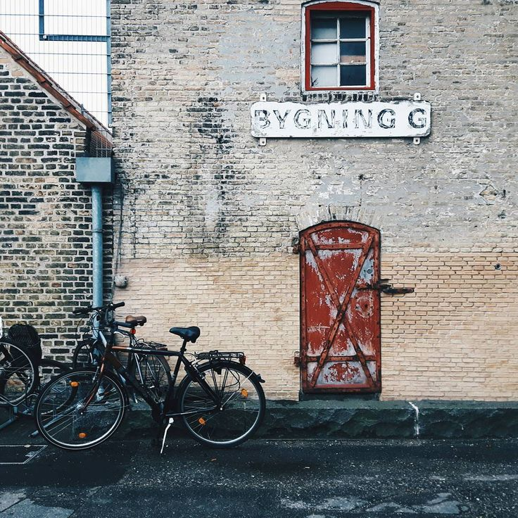Копенгаген - мир велосипедов. Из здесь столько же, сколько у нас голубей. И, конечно, правят здесь люди на двухколесном транспорте, чувствуя себя просторно и свободно в городе северного моря.  #vscogood #instagood #lifetime #livethelittlethings #life #lifeforever #vsco #walk #arhitecture #history #mood #exploretocreate #livefolk #wall #composition #travel #dreamscometrue #bilding #windows #bicicle #red#copenhagen #travel #ятаквижу #ятакснимаю #инстаграмдня #rhpвпутьвдорогу #путешествие