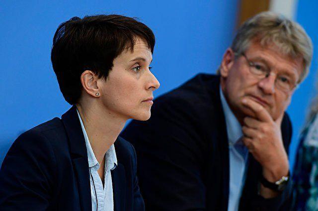 """Die AfD bietet sich Donald Trump als """"natürliche Verbündete"""" in Deutschland an: Die Partei stehe """"als einzige deutsche Partei in klarer Opposition zur falschen Politik"""" von Bundeskanzlerin Angela Merkel (CDU), """"die mit ihrer Regierung Deutschland und Europa nachhaltigen Schaden zufügt""""."""