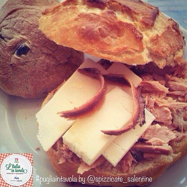 #italianstreetfood parte 5^. Si va in #Puglia per gustare 'la Puccia'. Per #italiantavola #pugliaintavola vi mostriamo uno dei simboli gastronomici più famosi del #salento #italy #italianfood