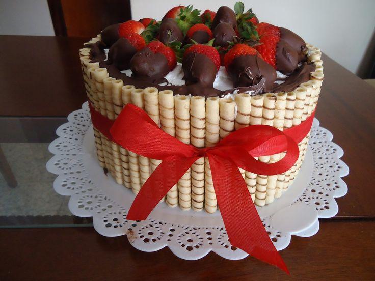 não tem como erra a decoração de um bolo destes; chocolate derretido nos moranguitos e chatily em baixo pra colar tudo.....para o dia dos namorados vai bem