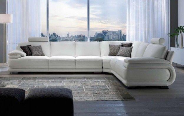 Salotto con divano angolare - Salotto con divano angolare dalle tinte chiare e dai materiali innovativi.