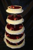Een #bruidstaart van overheerlijke cassis bavarois, omringd met witte #chocolade, bedekt met vers rood #fruit van #Patisserie #Vermeer.