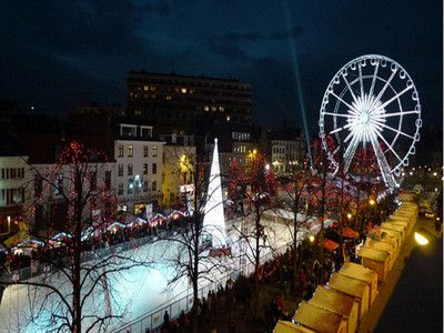 De kerstmarkt strekt zicht over 2km uit in het hart van Brussel. Je vindt hier heel wat kraampjes en traditionele activiteiten zoals de schaatsbaan of het reuzenrad !