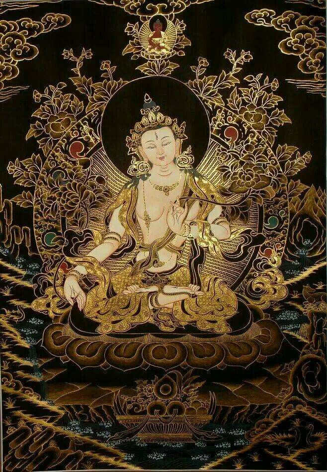 White Tara │ 白度母 她在觀音淚滴中誕生,活在百姓中的守護女神  她給孤獨者以慰藉,給貧窮者以富裕,給飢餓者以食物,給凍餒者以溫暖,給傷病者以妙藥,給絕望者以希望;她的形象深入人心,無論是位高權重的法王、活佛,還是平常百姓,居所內總會有她的身影,或一副唐卡佛畫,或是一尊精美的塑像。  她的身影無處不在,在田間、地頭、手工作坊幹活的普通百姓,每有困難降臨,立刻會以手加額,請求她的保護。  她,就是美麗、善良的女神——救苦救難大慈大悲的度母菩薩(聖救度佛母)。在藏傳佛教中,女性形象並不常見,但度母在人們心中卻一直有著非常崇高的地位。她像母親一樣,守護著這世間的每一個人。  她的美麗傳說:在觀音菩薩淚滴中誕生  傳說,觀世音菩薩在無量劫前,已經救度了無數眾生,因不忍看到眾生受苦而落淚,其右眼淚化作綠度母,左眼淚化現為白度母,與觀音菩薩一起拯救眾生於苦難之中。所有流派的白度母身色均潔白無瑕,藏傳佛教認為,白度母像徵長壽、財富及典雅美麗,因而被許多西藏高僧視為本尊,並得到普通人的廣泛信仰。而白度母則與無量壽佛、尊勝佛母一同被稱為長壽三尊。…