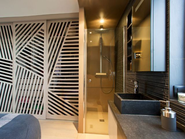 Chambre parentale douche à litalienne et dressing fermé par des cloisons coulissantes ajourées
