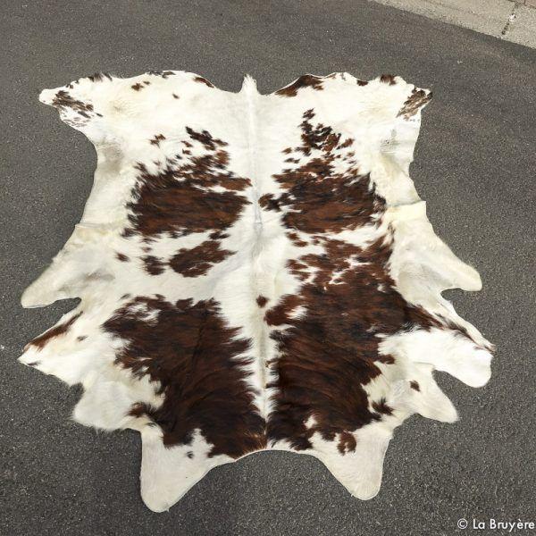 Les 17 meilleures id es de la cat gorie tapis en peau de - Tapis peau de vache noir et blanc ...