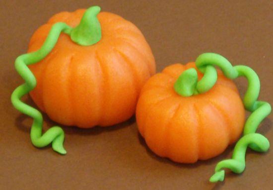 Met deze #pompoens kun je herfstcupcakes en -taarten versieren. Zelf te maken van #marsepein en #fondant. #cupcakes #taart #decoratie