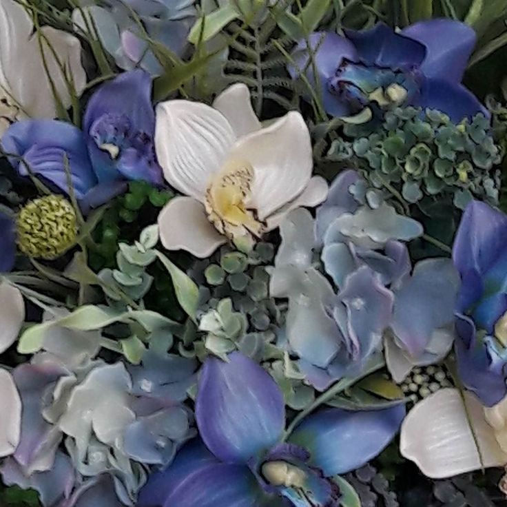 In lucru #aranjament #unicat #aranjamente #flori #plante #artificiale #floriartificiale #orhidee #hortensia #planteartificiale #verde #albastru #crem #decoratiuni #infrumusetare #casa #birou #flowerstagram #beatrixart www.beatrixart.ro
