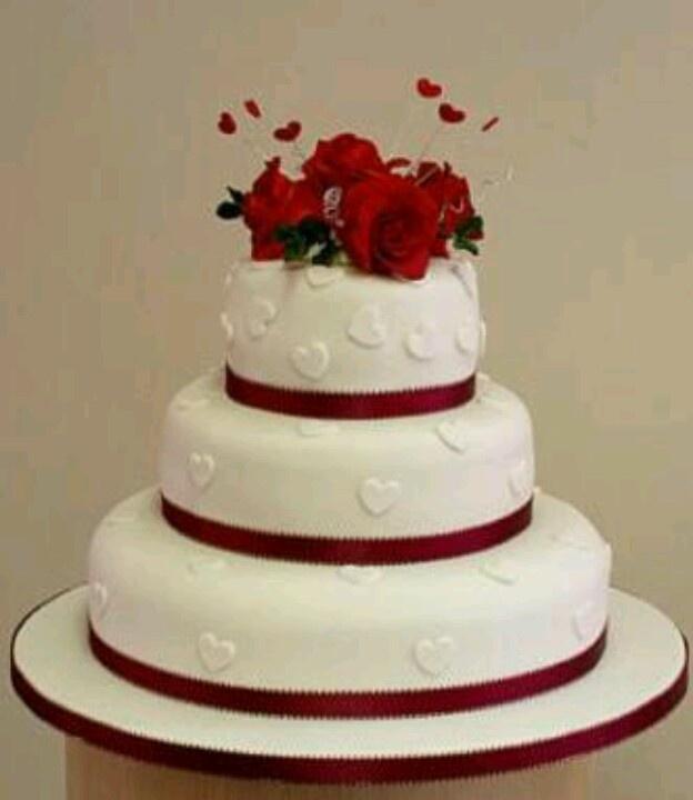 Pastel de boda, tema en rojo. Excepto por los <3 se ve muy linda