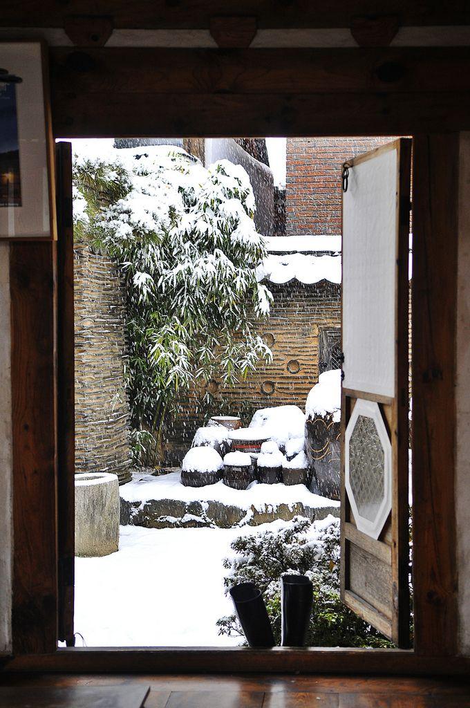 _RYU1717 by himiya80 on Flickr. Snowy day in Seoul (Rakgojae: Korean traditional guest house)