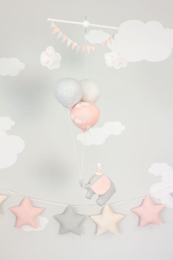 Pink elephant baby mobiel, kwekerij decor voor een reis thema kwekerij. Een beetje reizen olifant drijvende avonturen ver hangende op 3 kleine ballonnen. Een perfecte aanvulling op uw reis- of circus thema kwekerij decor. De kleine olifant en ballonnen zijn alle hand gemaakt van stof en gespannen op een houten deuvel met duidelijke string. Afgewerkt met twee kleine wolken en top bunting vlaggen. De weinig wolken kunnen worden gepersonaliseerd met een naam of een korte saying.* (zie opmerking…