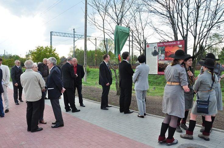 Obchody  w dniu 22 kwietnia 2014 roku. Sensu stricto otwarcie nowo wybudowanego węzła ronda drogowego uczestniczący mieszkańcy, samorządowcy, harcerze.