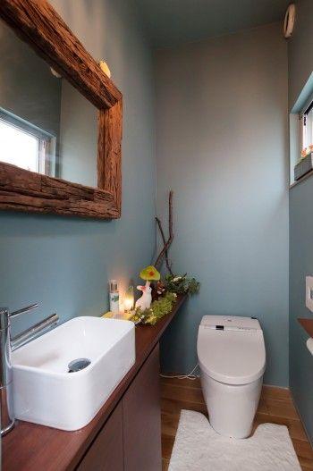 白が基調のリビングから扉を開けてトイレに入るとそこは別世界。