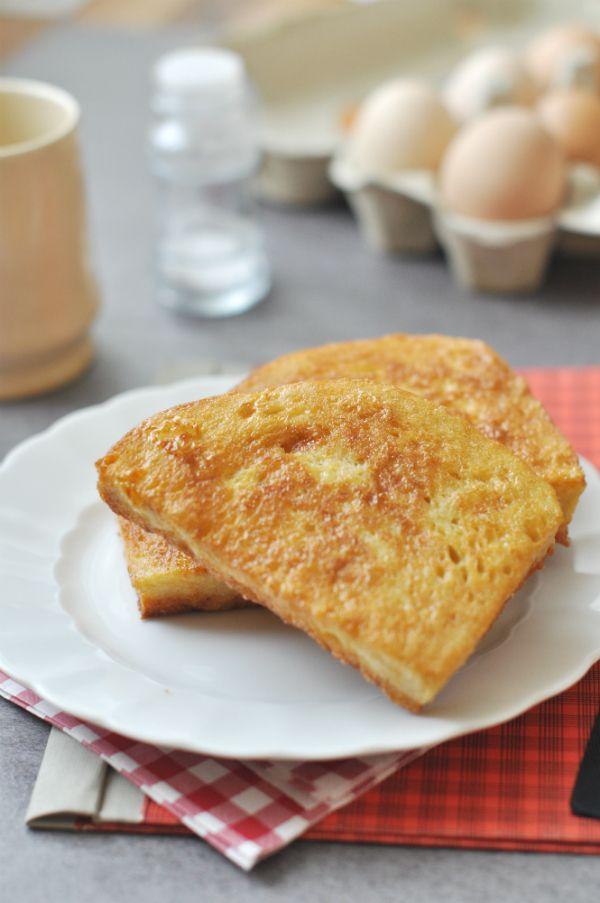 Ismét egy klasszikus: bundás kenyér Reggelire vagy vacsorára, hidegen, vagy melegen, magában, vagy zöldségekkel – a bundás kenyeret szinte mindenki szereti. Nagy szerencse, hogy a laktózmentes diétában is fogyasztható, nem kell lemondanunk róla.