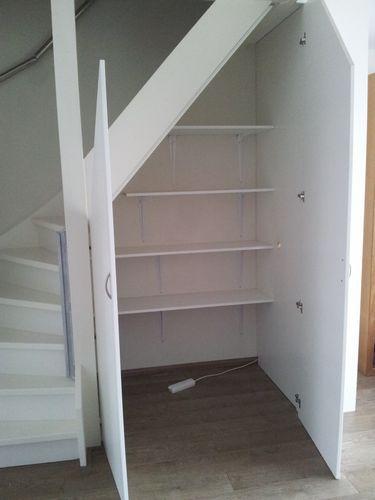 Trapkast en werkplek, indeling. Dit is goed idee. Ik heb de schappen rechts aan de muur maar zo kan je meer kwijt in de kast..