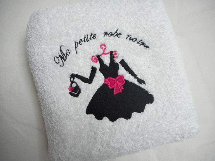 """Serviette de toilette 50X100 cm """"ma robe noire"""" blanc, noir, fushia, broderie machine : Textiles et tapis par miss-coopecoll"""