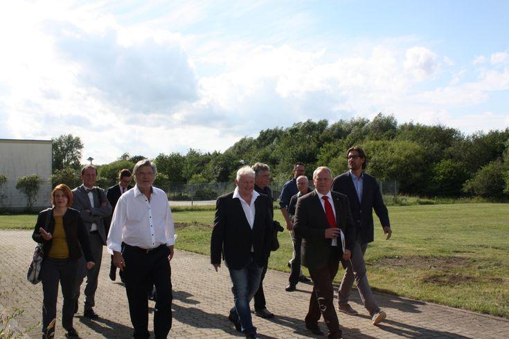 Am 3.7.2017 freuten wir uns über den Besuch von Till Backhaus. Der Landwirtschaftsminister des Landes Mecklenburg-Vorpommern überreichte der Aquacopa persönlich einen Fördermittelbescheid des Ministeriums. Damit unterstützt das Land unsere Investitionen in die Entwicklung von Lebendfutterlösungen für die Aquakultur und die Meerwasseraquaristik.