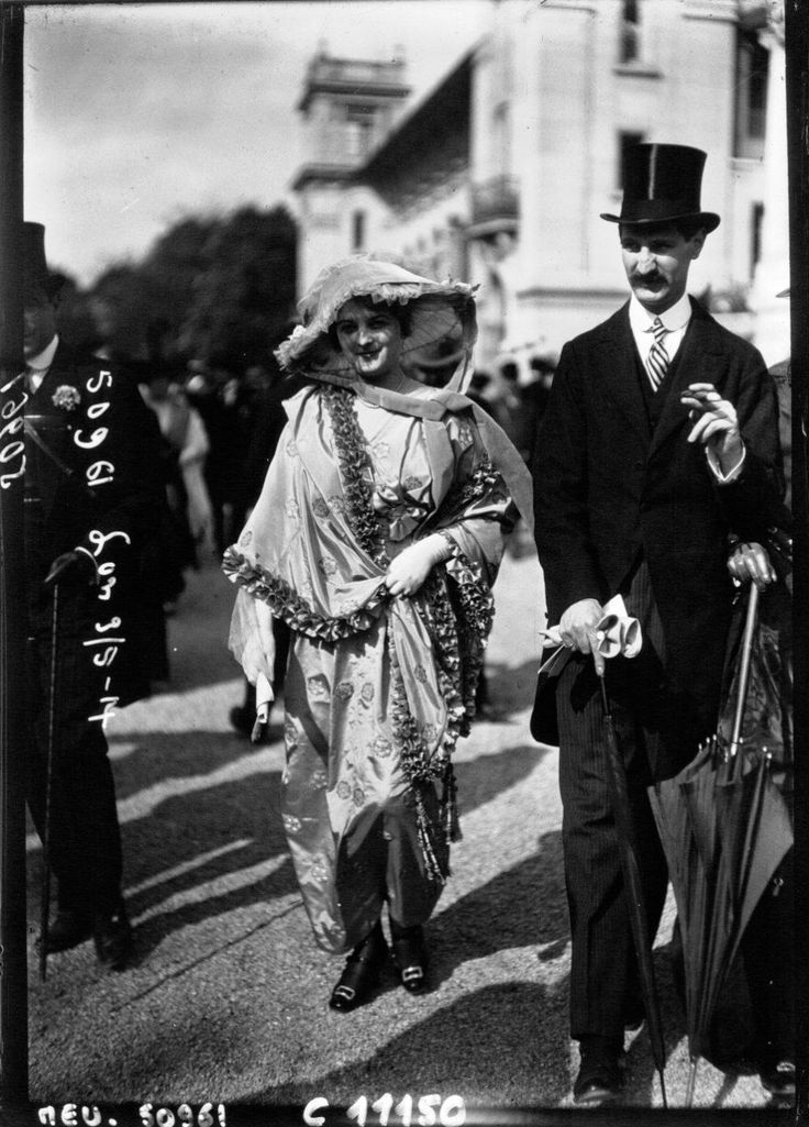 Уличная мода Парижа 1910-1920 годов (Ежегодные скачки на ипподроме Longchamp, расположенного вблизи Булонского леса на берегу Сены, начались еще в 1857 году, а в 1910 году здесь прошли первые публичные модные показы)