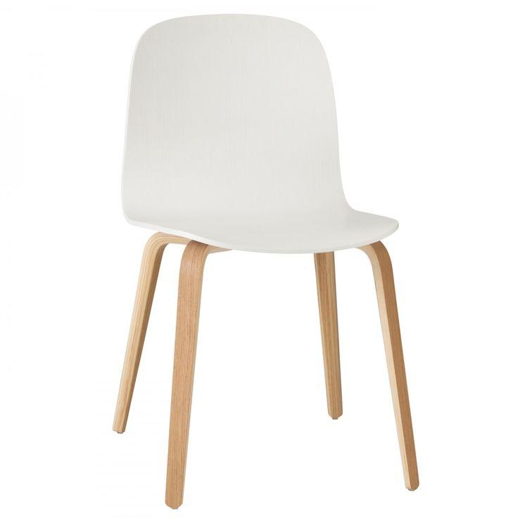 De Visu Chair #stoel houten frame van #Muuto is ontworpen door #MikaTolvanen.  Op de Visu stoel houten frame van Muuto kun je uren zitten. De stoel met zijn licht gebogen rugleuning en brede zitting is niet alleen mooi om naar te kijken, maar ook #comfortabel in gebruik. De simpele maar elegante vorm van de Visu stoel zorgt er, samen met de mooie kleuren waar je uit kan kiezen, voor dat de stoel overal goed staat. #Flindersdesign #modern #design #eetkamer #woonkamer