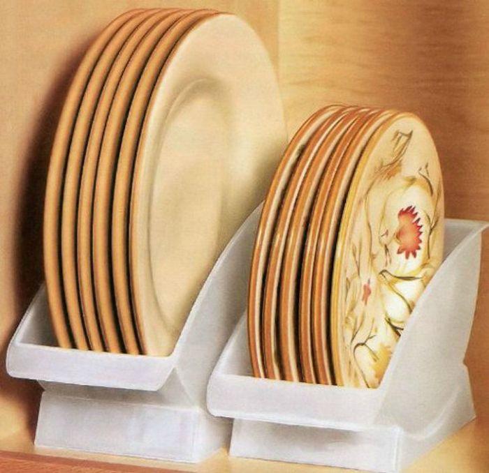 Пластиковые подставки для тарелок.