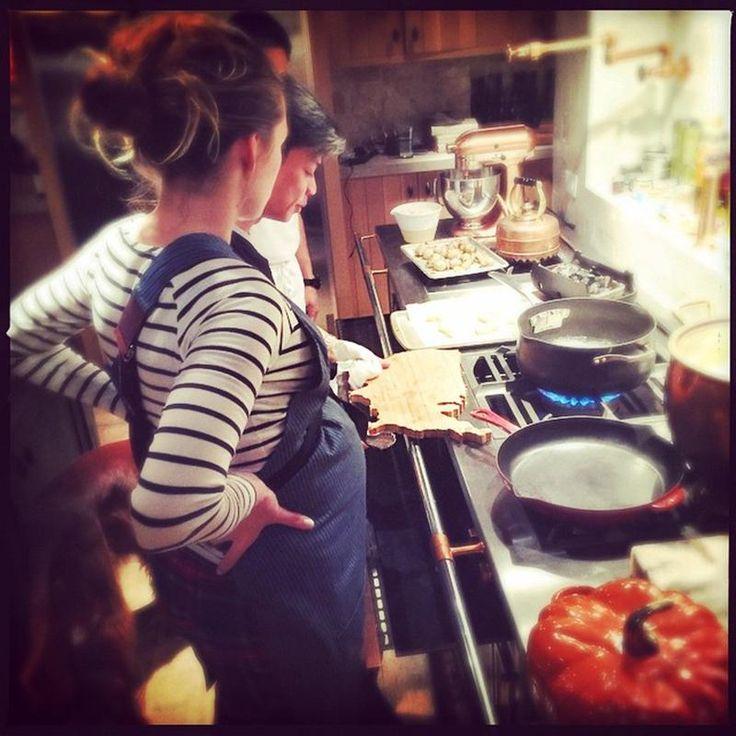 Blake Lively: futura mamma a lezione di cucina da Chef Hugh Huynh - Blake Lively a lezione di cucina. La futura mamma condivide uno scatto su Instagram insieme a Chef Hugh Huynh - Read full story here: http://www.fashiontimes.it/2014/12/blake-lively-futura-mamma-a-lezione-di-cucina-da-chef-hugh-huynh/