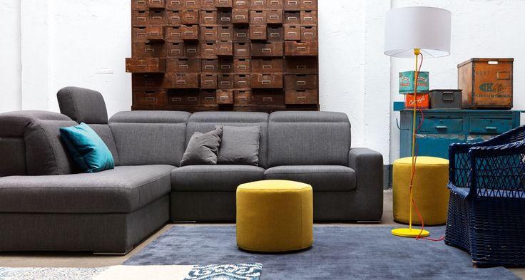 Un divano dalle linee semplici ma dotato di schienali con poggiatesta reclinabile...disponibile su misura grazie alle sua molteplici composizioni!