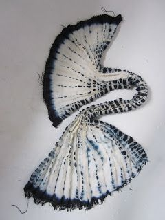 """Yanagi shibori variation: inserimento di legature """"Tegumo"""" (tela di ragno), prima della plissettatura.  Il risultato è un effetto a cascata che ricorda i rami del salice piangente (yanagi, in giapponese).  Foto di Lucia Lapone"""