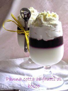 La panna cotta ai frutti di bosco con scaglie di cioccolato bianco