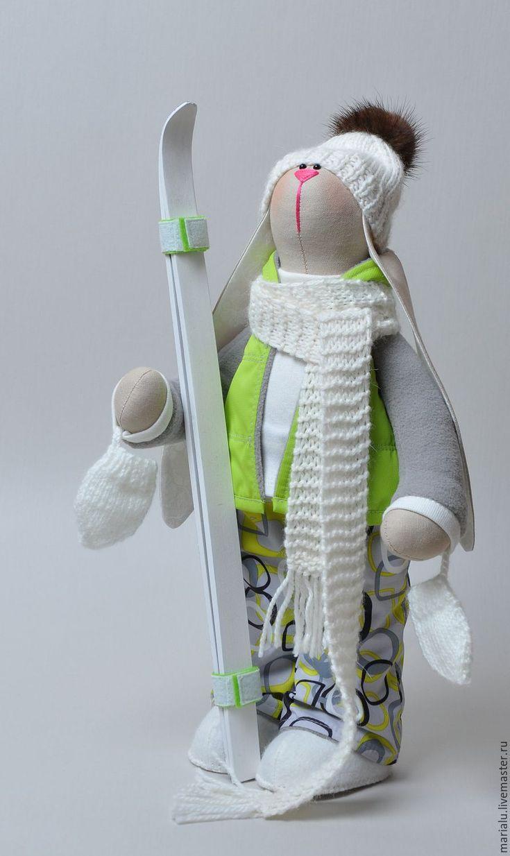 Зая - лыжница – купить или заказать в интернет-магазине на Ярмарке Мастеров | Зайка - лыжница сшита в стиле игрушек - тильда.