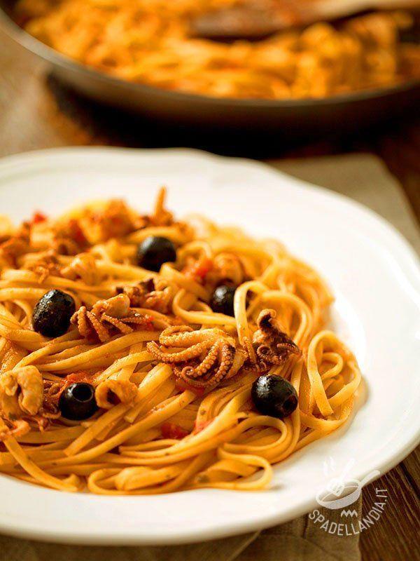 Pasta with octopus - Semplice e veloce, questo piatto porta in tavola tutto il sapore del mare. Le Linguine con moscardini in guazzetto sono infallibili e irresistibili!