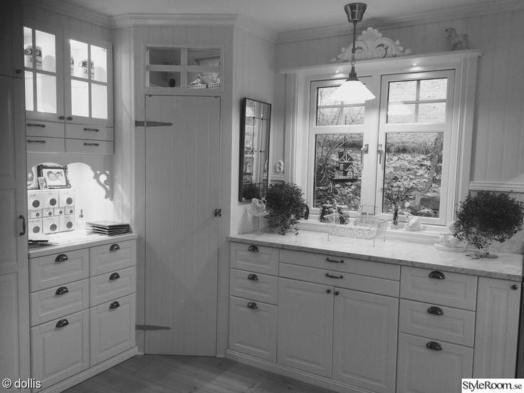 Då vi renoverade och byggde ut vårt kök bestämde vi oss för att följa husets gamla stil. Köket blev dubbelt så stort, alltså härliga ytor massor med lådor, skåp, två hörnskafferier och en hel del hyllor, helt enkelt underbart.