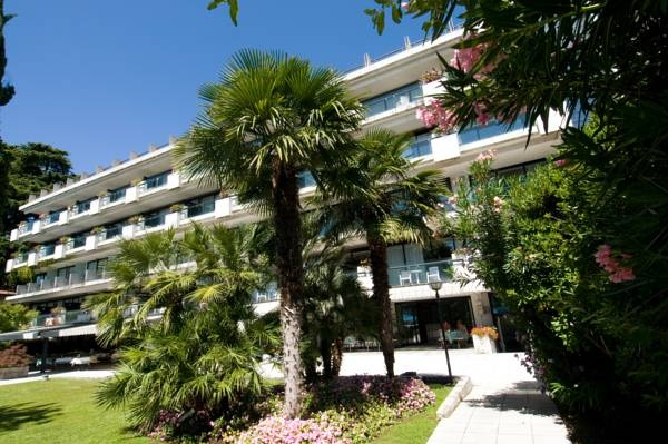 Hotel du Parc - Salò ... Garda Lake, Lago di Garda, Gardasee, Lake Garda, Lac de Garde, Gardameer, Gardasøen, Jezioro Garda, Gardské Jezero, אגם גארדה, Озеро Гарда ... Welcome to Hotel du Parc Salò, This peaceful hotel is situated on the warm side of Lake Garda, 2 km from the centre of Salò. The property is set in a historic garden with swimming pool, and offers views of the Gulf of Salò. The spacious lake-view rooms are warmly decorated with stylish..