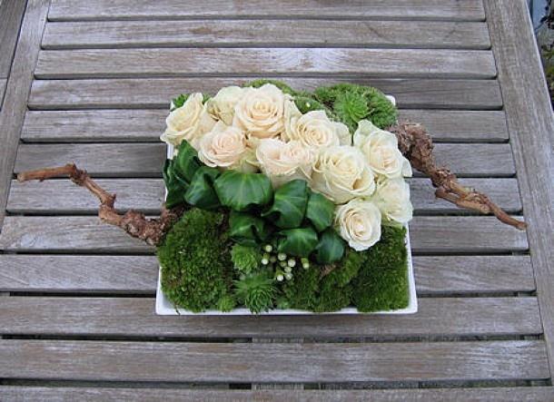 bloemschikken | Rustiek opgemaakte schaal met rozen en mos Door bergiefam