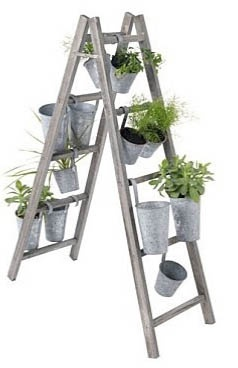 Una jardinera hecha con una escalera de tijera.