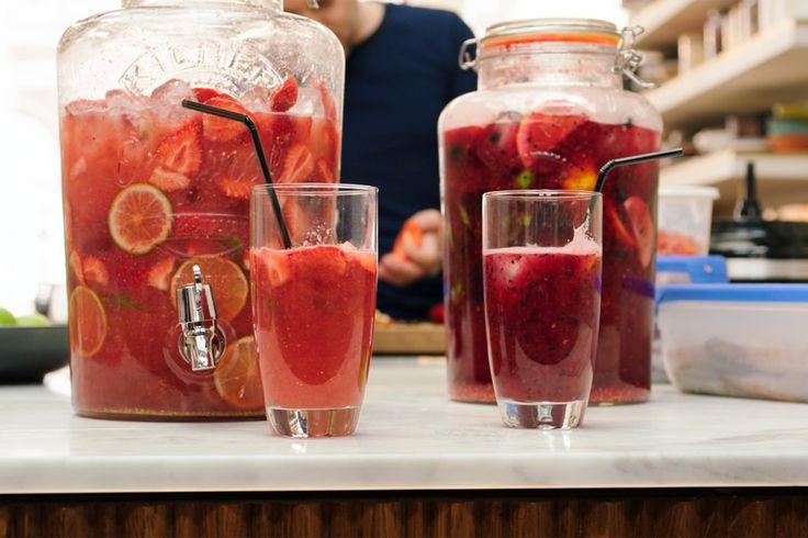 Het is zomer, het ideale moment om zelf limonades van rode vruchten te maken. Jeroen maakt een aardbeilimonade zonder prik en een limonade van frambozen en blauwe bessen met prik. Snel klaar en ideaal voor een (kinder)feestje.