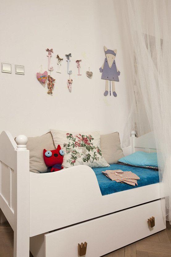 Pokój dziecięcy, pokój dla dziecka, białe meble dziecięce, meble do pokoju dziecięcego, dekoracje do pokoju dla dziecka. Zobacz więcej na: https://www.homify.pl/katalogi-inspiracji/22083/prosto-z-serca-motyw-serc-w-dekoracji-i-wystroju-wnetrz