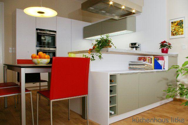 Küche von LEICHT mit Halb-Insel und rückseitig Regal als Raumteiler
