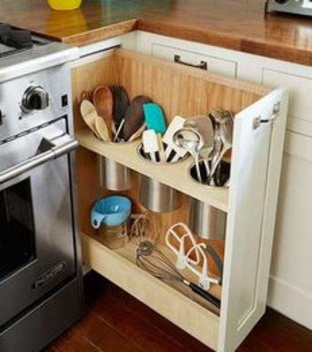 Un tiroir à la verticale pour les ustensiles de cuisine.