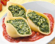 Muszle nadziewane szpinakiem z dodatkiem sera typu feta       makaron Lubella Inspiracje conchiglioni 1 szt.     szpinak mrożony 1 szt.     ser feta 1 szt.     pomidory 5 szt.     ser żółty 200 g     czosnek 4 szt.     masło 3 łyżka     oliwa z oliwek 2 łyżka     pieprz 1 szczypta     sól 1 szczypta