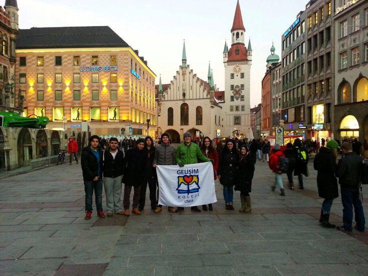ise öğrencilerimiz Almanya'nın Münih şehrine gerçekleştirilen üniversite ziyaret ve meslek tanıma gezisine katıldılar. Bu yıl 3.ncüsünü gerçekleştirdiğimiz gezide; Münih Teknik Üniversitesi'ni, okulumuzdan mezun olan ve Münih Teknik Üniversitesi'ni bitirerek özel bir şirkette çalışma imkanı elde eden Gözde Okul rehberliği ile gezen öğrencilerimiz, mezun öğrencimiz Gözde Okul'un Almanya'da öğrenci olm