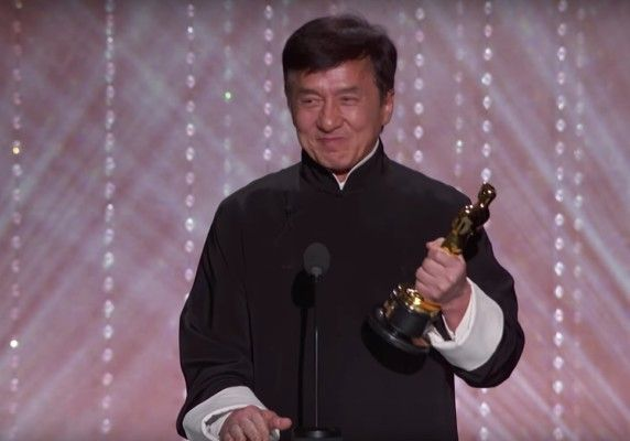 Dopo tutte quelle ossa rotte un premio di riconoscimento… Il leggendario campione di arti marziali ed attore Jackie Chan ha ricevuto un Oscar onorario dopo aver fatto più di 200 film. Chan è stato premiatocon la statuetta prestigiosainsieme alla sua co-star di punta Chris Tuckernella giornatadi sabato (12 novembre 2016) ai Governors Awardsdi Los ...