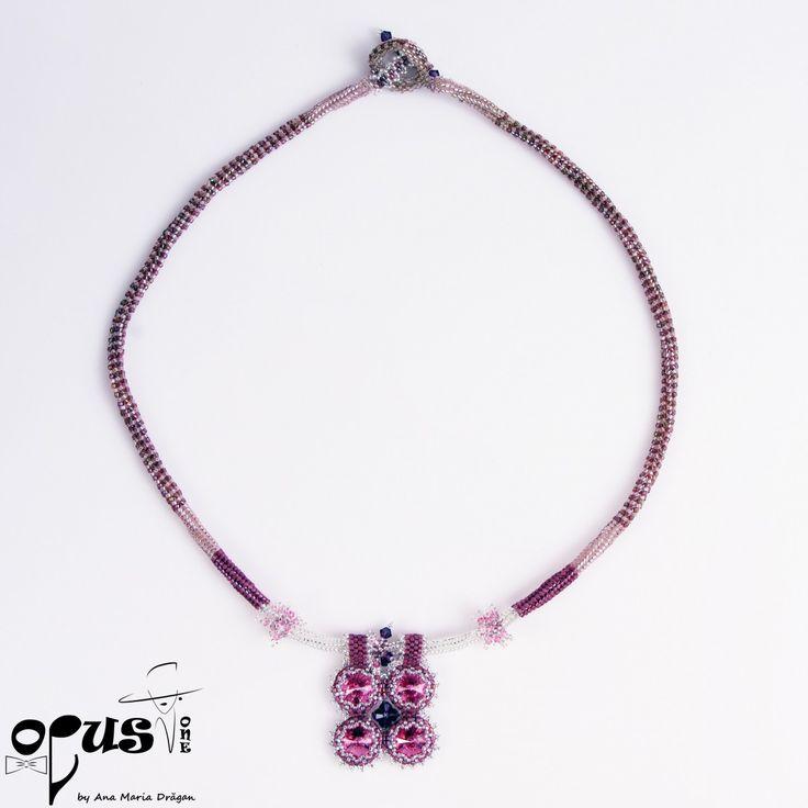 Colier realizat din Cristale Swarovski roze, Margele myiuki delica, Bicoane Swarovski ametist si roze. Lungime colier: 59 cm. Se poate realiza si in alte culori la comanda