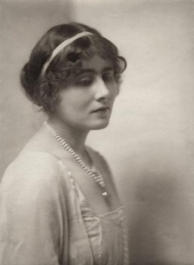 Elizabeth Bowes-Lyon (1900 - 2002). Esposa de George VI. Queen desde 1.936 hasta 1.952. La madre de Isabel II y la princesa Margarita. Adolf Hitler en la mujer más peligrosa de Europa debido a su capacidad para elevar la moral británica llamada. Ella siempre fue muy popular, incluso cuando el resto de la familia real fueron del agrado de la opinión pública. Ella murió 101 años en 2002.